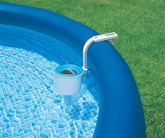 How to Attach a Pool Vacuum to the Filter Tank